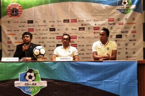 Pelatih Persela Aji Santoso (tengah)-Medcom.id/Rendy