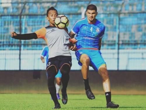 Metro FC saat melawan Arema FC dalam laga uji coba beberapa