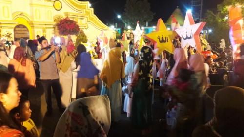 Suasana pawai lampion dalam rangka merayakan Maulid Nabi