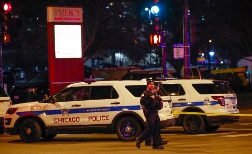 Polisi di Chicago jaga lokasi sekitar kejadian penembakan.