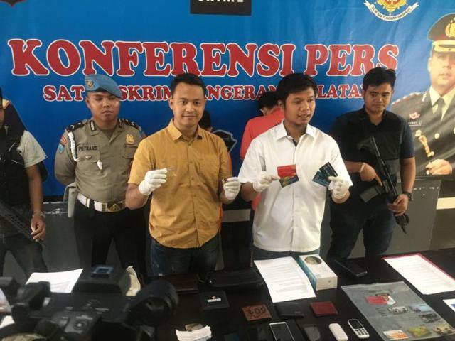 Polisi menunjukan baeang bukri dari penangkapan empat penipu yang kerap beraksi di mesin ATM mal di Tangerang, Banten, Selasa, 20 November 2018. Medcom.id/ Farhan Dwitama.