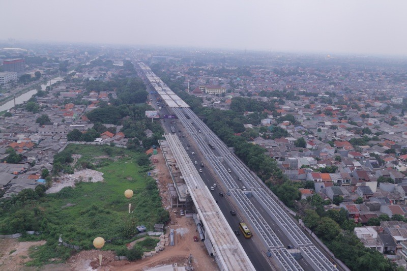 Kondisi Proyek Jakarta Cikampek (tengah) dan Light Rail Transit (LRT) di dalam Tol Jakarta Cikampek diambil dari atas, Selasa, 20 November 2018. Antonio/Medcom.id.