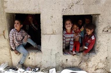Sekelompok anak-anak telantar di Sanaa, Yaman, 29 April 2015.