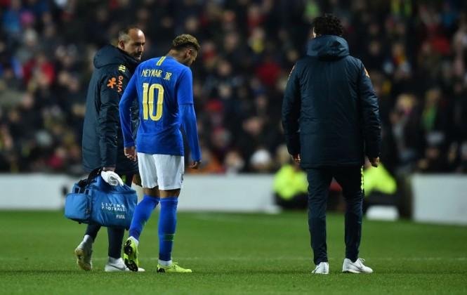 Striker Brasil Neymar ditarik keluar saat menghadapi Uruguay setelah mengalami cedera paha (Foto: AFP/Glyn Kirk)