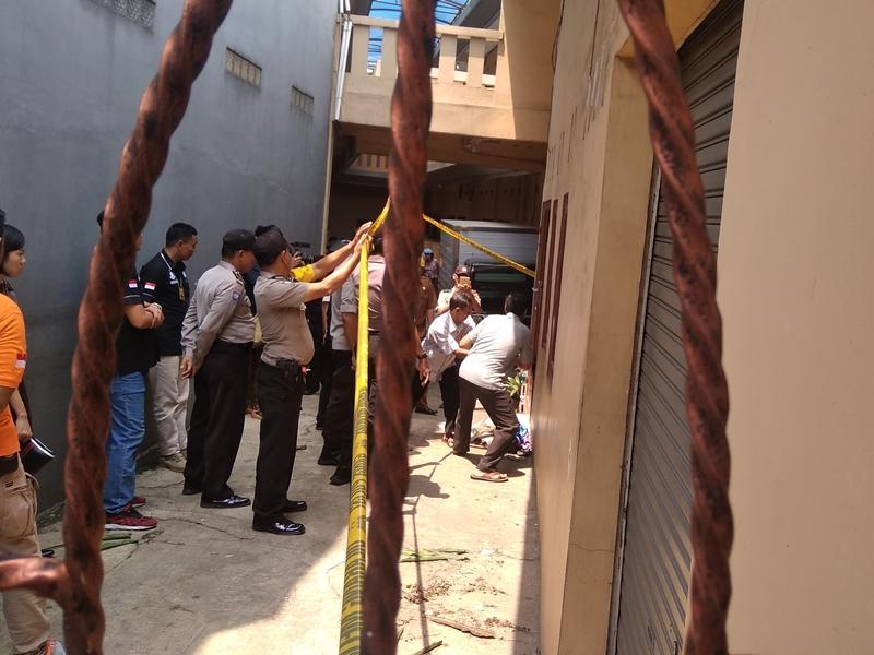 Kondisi di depan lokasi kejadian pembunuhan satu keluarga di Bekasi. Medcom.id/Antonio