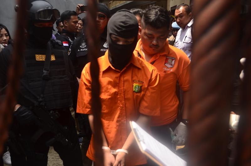 Tersangka Kasus Pembunuhan di Bekasi tengah melakukan rekonstruksi di lokasi kejadian yang berada di Jalan Bojong Nangka II, Jatirahayu, Kota Bekasi, Jawa Barat, Rabu 21 November 2018. Medcom.id/Antonio