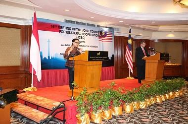 Menlu Retno Marsudi (kiri) bersama Menlu Malaysia Saifuddin