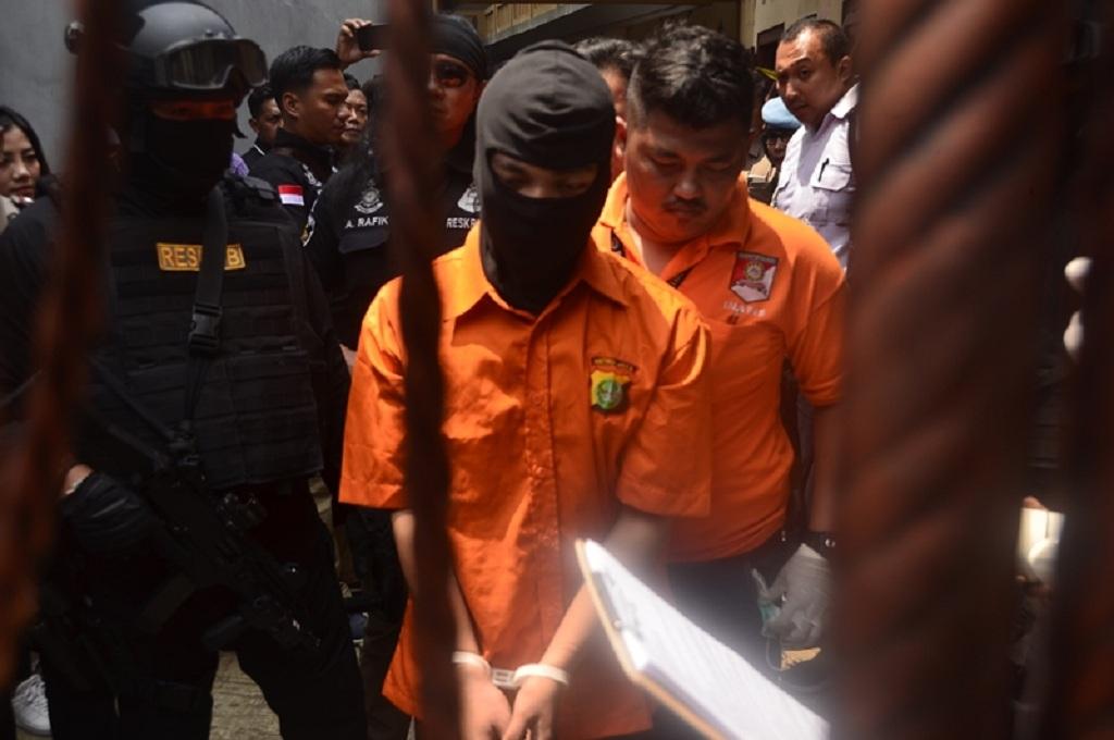 Tersangka kasus pembunuhan di Bekasi tengah melakukan rekonstruksi di lokasi kejadian, Rabu, 21 November 2018, Medcom.id - Antonio