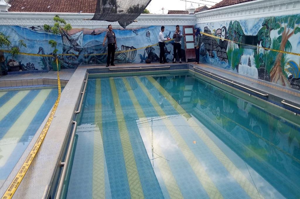 Polisi melakukan olah tempat kejadian perkara dua bocah meninggal di kolam renang di Tegalrejo, Kota Yogyakarta, Kamis 22 November 2018, Medcom.id - Mustaqim