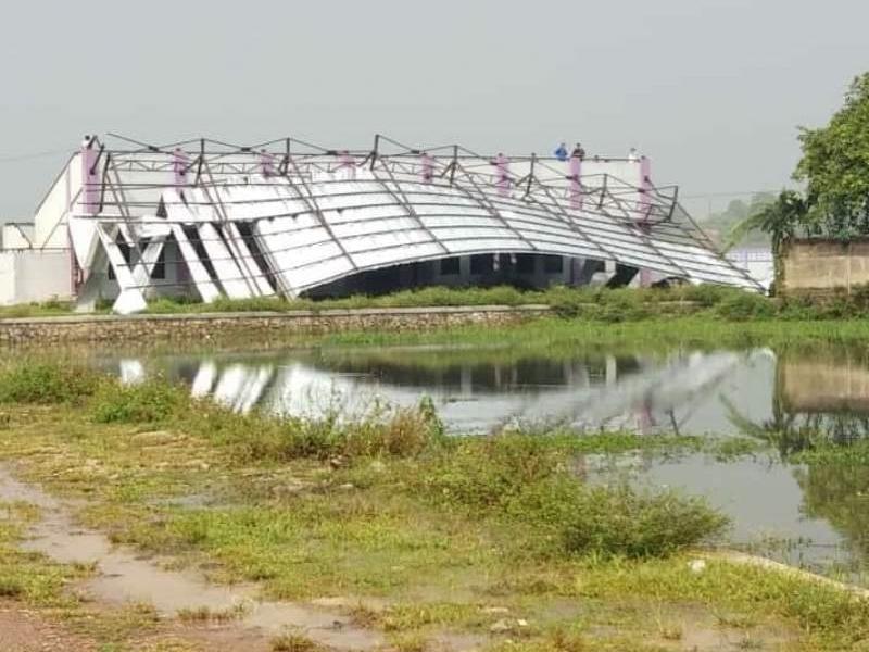 Atap stadion mini Panongan, Kabupaten Tangerang, Banten, ambruk akibat tertiup angin kencang. Medcom.id/Antonio