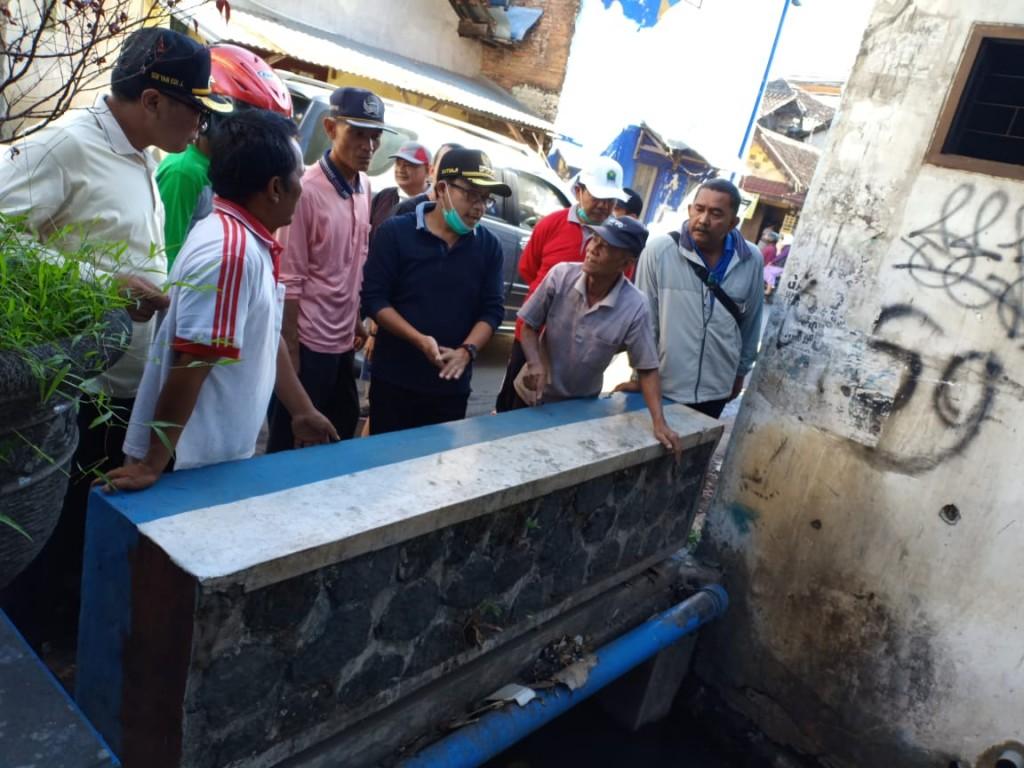 Pemerintah Kota Malang menggelar kegiatan kerja bakti membersihkan lingkungan dalam rangka Jumat Bersih, Jumat, 23 November 2018. Medcom.id/ Daviq Umar Al Faruq.