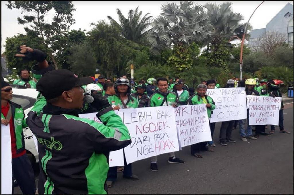 Aksi pengemudi ojek online di Surabaya menuntut Prabowo Subianto meminta maaf atas pernyataannya yang dianggap meremehkan pekerjaan tersebut, Sabtu, 24 November 2018, Medcom.id - Amal