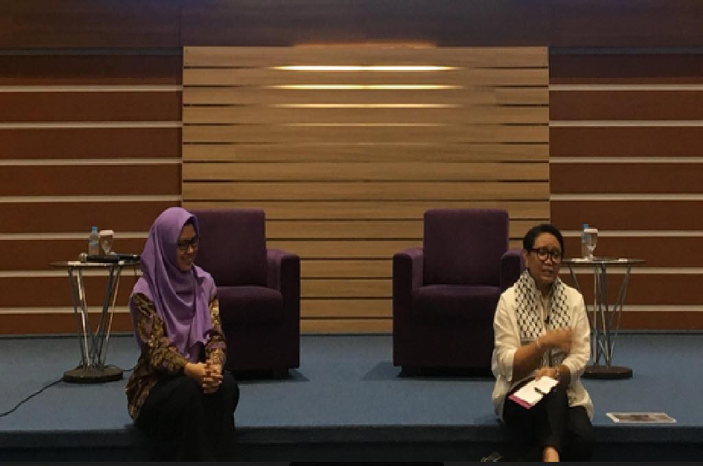 Menlu Retno Marsudi (kanan) dalam acara talk show di Universitas Airlangga Surabaya, Sabtu, 24 November 2018, Medcom.id - Amal