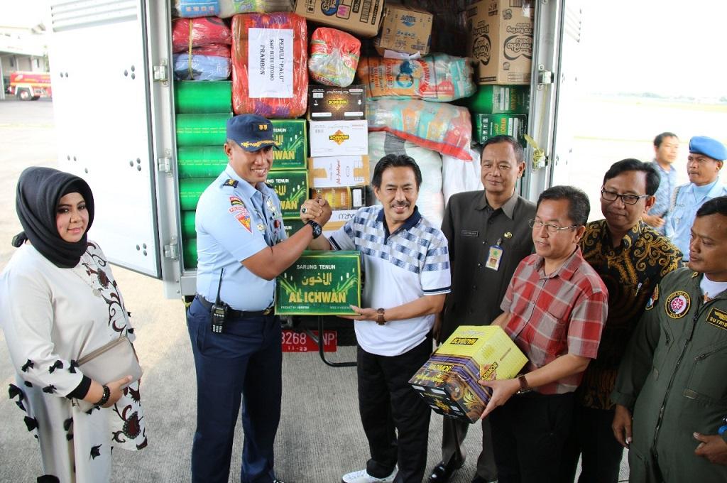 Wakil Bupati Sidoarjo menyerahkan bantuan untuk dibawa ke korban gempa dan tsunami di Sulawesi Tengah, Sabtu, 24 November 2018, Medcom.id - Hadi