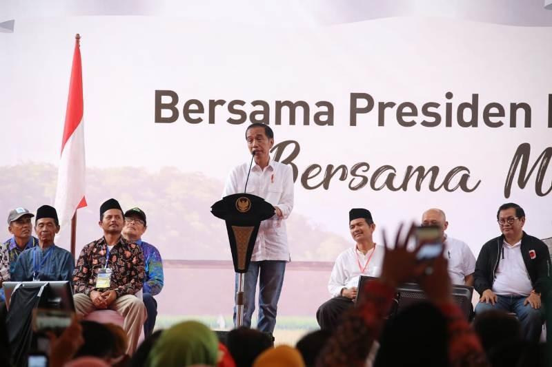 Presiden Joko Widodo saat temu petani Lampung, di Dusun Pelayangan, Pekon Pujodadi, Kecamatan Pardasuka, Kabupaten Pringsewu, Sabtu (24/11). MI/ Eva Pardiana
