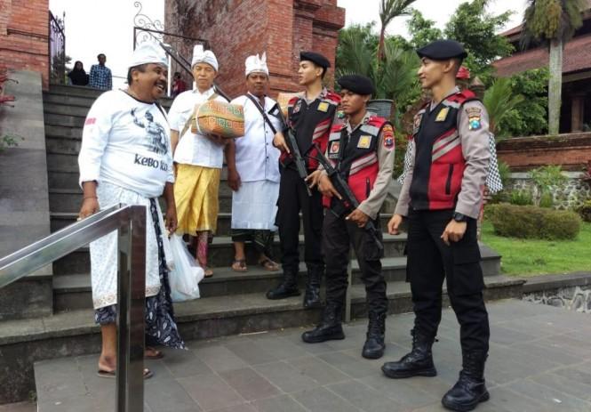 Petugas berjaga di depan tempat ibadah untuk meningkatkan rasa aman dan nyaman masyarakat menunaikan ibadah di Lumajang. Foto: Istimewa.