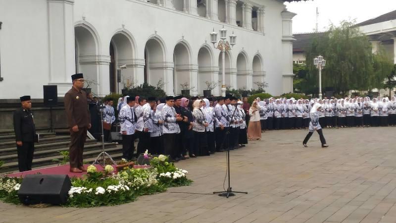 Gubernur Jawa Barat Ridwan Kamil menjadi pembina upacara dalam peringatan Haru Guru Nasional di halaman Gedung Sate, Jalan Diponegoro, Kota Bandung, Senin 26 November 2018.