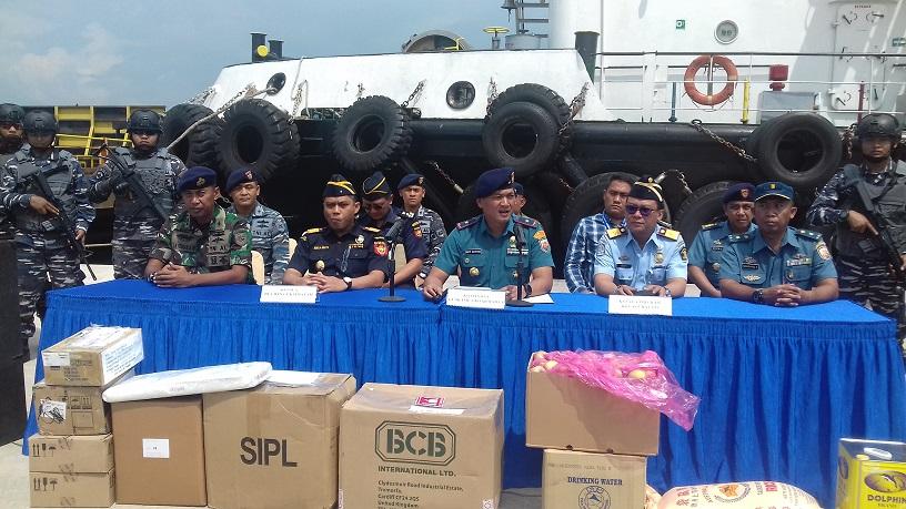Danguskamla Koarmada I Laksma TNI Dafit Santoso saat konferensi pers pengungkapan kapal asing ship to ship di perairan Indonesia, Senin, 26 November 2018.
