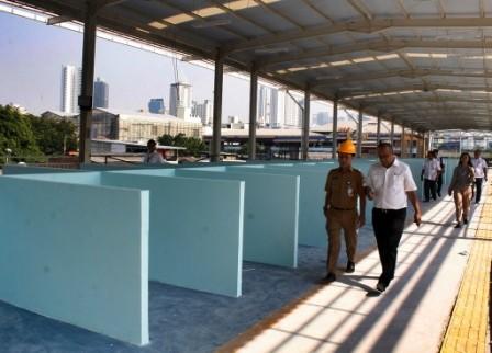 Proyek pembangunan jembatan multiguna atau skybridge Tanah Abang di Jakarta. Foto: MI/Bary Fathahilah.