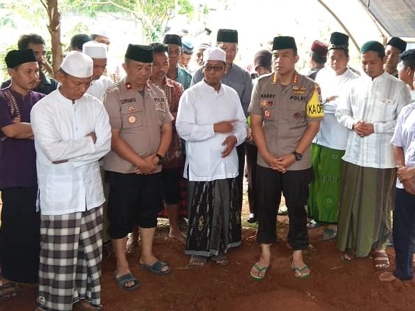 Ahmad Sofyan Sohri salah satu korban kecelakaan maut di flyover Green Lake, Cipondoh, Kota Tangerang, dikebumikan di Pemakaman Karang Mulya, Karang Tengah. Medcom.id/Hendrik Simorangkir