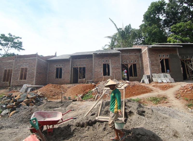 Pekerja menyelesaikan rumah subsidi di Ungaran Timur, Kabupaten Semarang. Medcom.id/Budi Arista Romadhoni