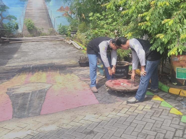 Warga Desa Sekardangan, Kecamatan Kota Sidoarjo, Sidoarjo, Jawa Timur, membuat sejumlah sumur resapan biopori di berbagai sudut kampung. Medcom.id/Syaikhul Hadi