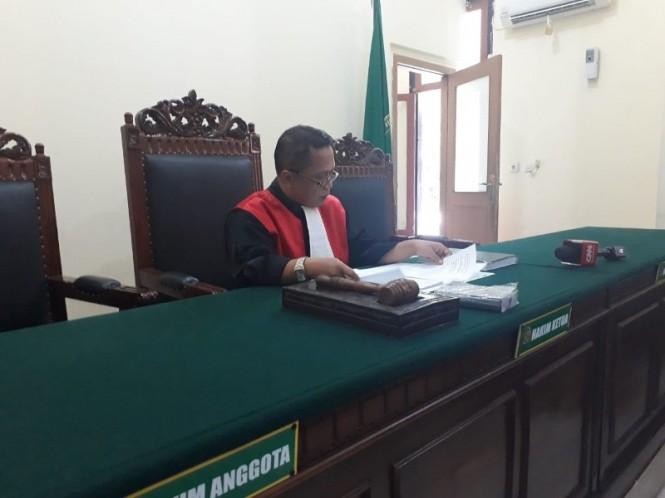 Ketua Majelis Hakim, Dede Suryaman, saat sidang agenda mengabulkan permohonan Yoyok Prasetyo untuk mencabut permohonan ganti kelamin dari laki-laki menjadi perempuan di Pengadilan Negeri (PN) Surabaya, Selasa, 27 November 2018. (Medcom.id/Amal).
