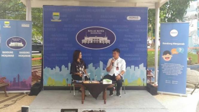 Direktur Utama PDAM Tirtawening Kota Bandung, Sonny Salimi (kanan) dalam Bandung Menjawab di Taman Sejarah Bandung, Jalan Aceh, Selasa 27 November 2018.