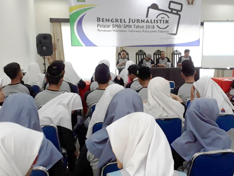 Puluhan siswa SMA di Sidoarjo antusias mengikuti pelatihan dasar Jurnalistik di Edotel, Buduran Sidoarjo. Medcom.id/Syaikhul Hadi
