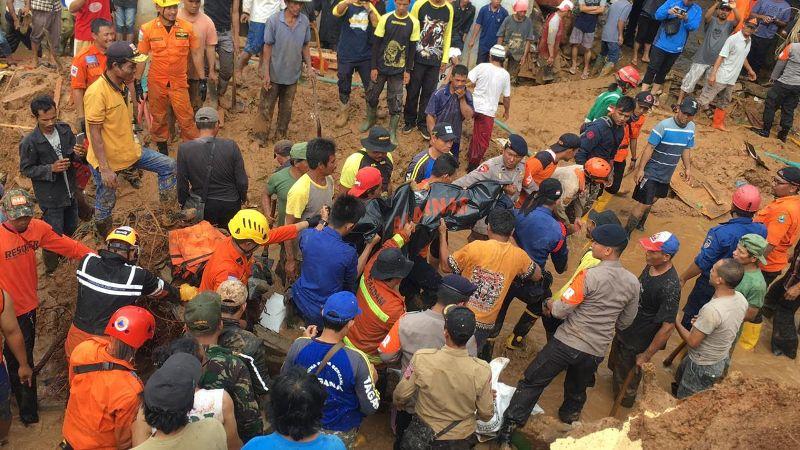 Petugas gabungan mengevakuasi korban longsor di Purwakarta. Dok. Basarnas Jawa Barat