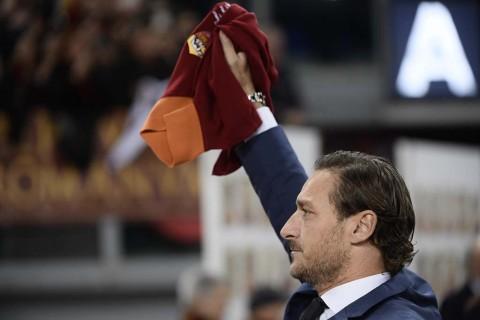 Francesco Totti Dihadiahi Jersey Spesial AS Roma