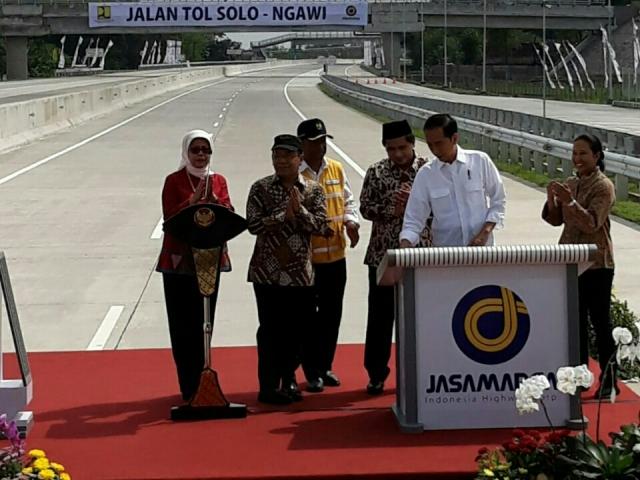 Presiden Jokowi meresmikan jalan tol ruas Sragen-Ngawi