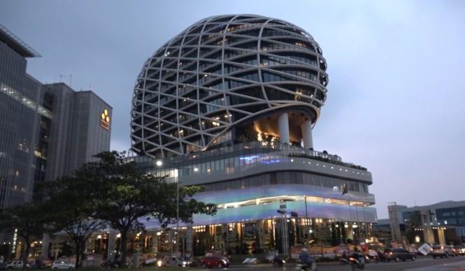 JHL Solitaire Gading Serpong, menyabet rekor MURI sebagai Hotel Bintang lima dengan Desain Arsitektur Menyerupai Batu Permata (Foto:Medcom.id)