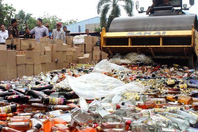 Sebanyak 3.025.398 batang rokok, 107.865 gram TIS dan 5.820 botol minuman keras berbagai merk ilegal dengan total nilai barang Rp.2.227.419.745 serta nilai kerugian negara mencapai Rp.1.246.591.990 dimusnahkan jajaran Bea dan Cukai melalui program Penerti