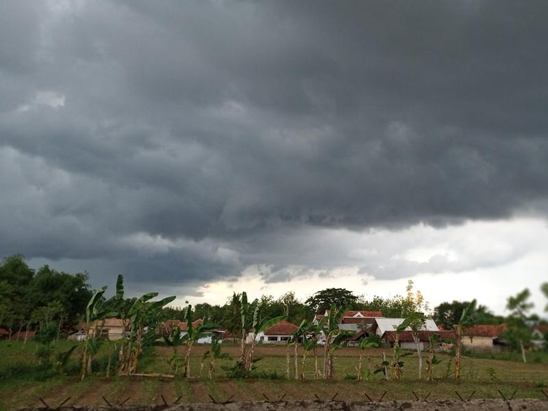 Gumpalan awan hitam menyelimuti langit Sumenep. Medcom.id/Rahmatullah