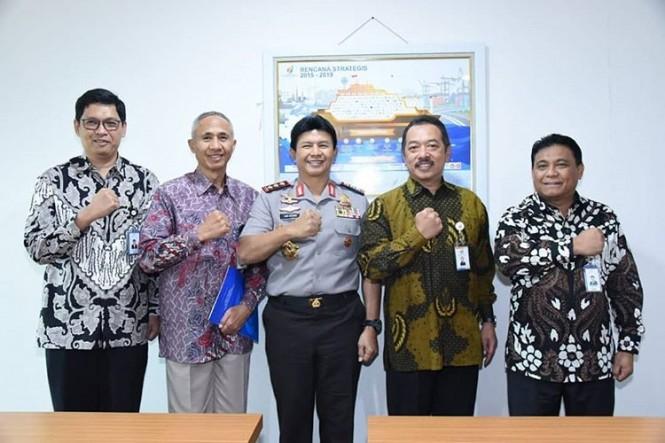 Wakapolri Komjen Ari Dono Sukmanto (tengah) diangkat menjadi anggota komisaris PT Pindad. Foto: Istimewa