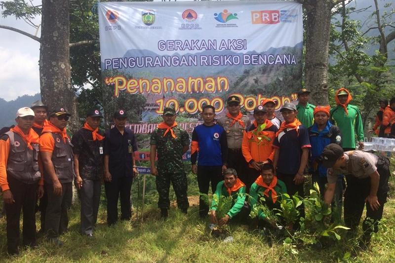 Penanaman 10.000 pohon sebagai bentuk aksi pengurangan risiko bencana di Desa Tempur Kecamatan Keling Kabupaten Jepara, Jawa Tengah. Medcom.id/Rhobi Shani