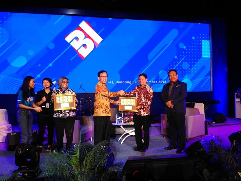 Sejumlah narasumber kampus di Bandung menerima penghargaan dari Bank Indonesia dalam acara BI Goes to Campus. Medcom.id/P. Aditya Prakasa