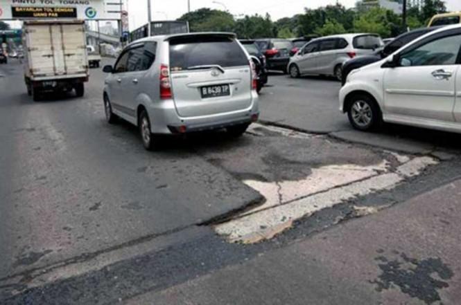 Pahami trik aman berkendara melewati Jalanan berlubang. Hyundai