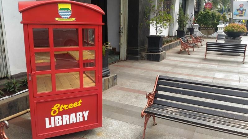Perpustakaan jalanan atau street library yang berada di atas trotoar Jalan Asia Afrika, Kota Bandung, Jawa Barat. Medcom.id/Roni Kurniawan
