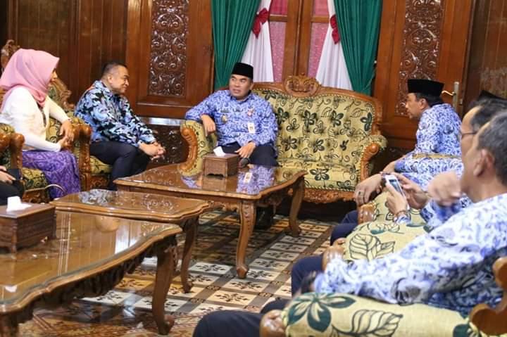 Bupati Jepara Ahmad Marzuqi menerima kunjungan Duta besar Kamboja di Pendapa Kabupaten  Jepara. Medcom.id/Rhobi Shani