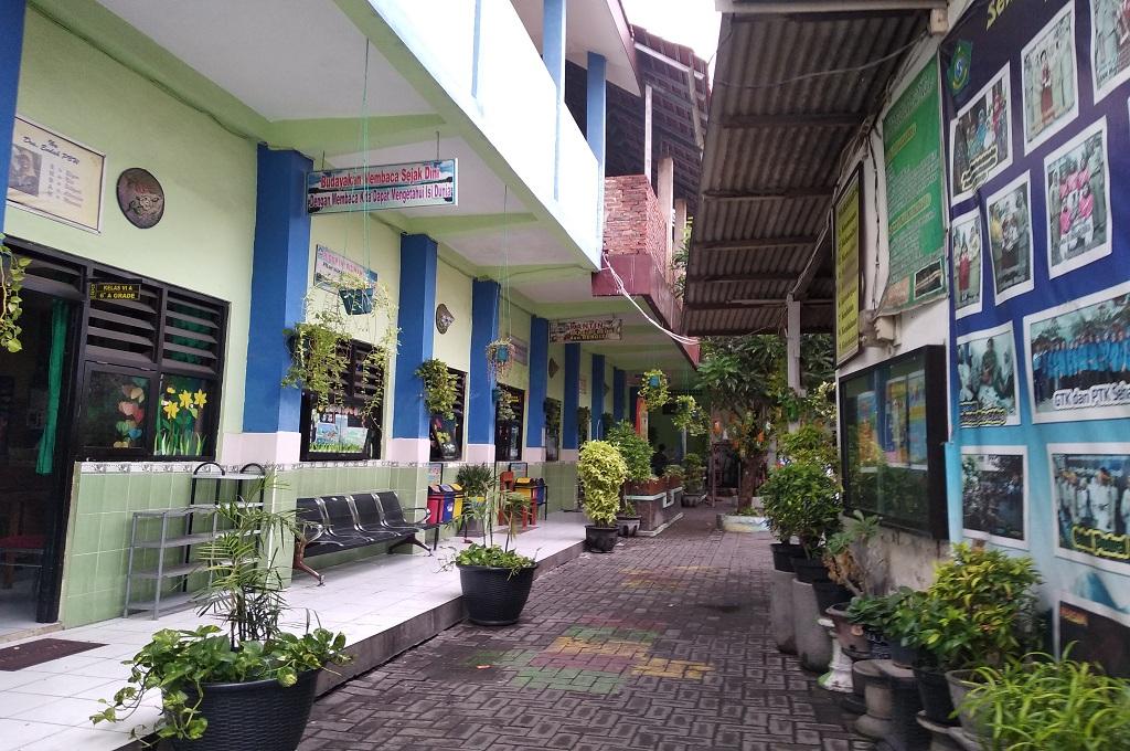 Suasana di SDN Wedungasri, Sidoarjo, yang tiga ruang kelasnya dibongkar pemilik modal, Medcom.id - Hadi