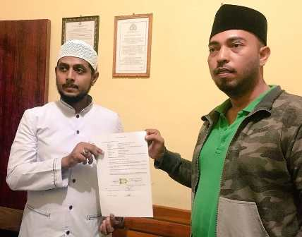 Tokoh FPI Pamekasan Husein Abdul Kadir Baagil (kiri) menyerahkan surat pernyataan meminta maaf karena telah menyebut Habib Husin Shahab mengaut mazhab Syiah.