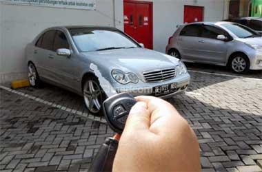 Baterai remot mobil yang sudah lemah bikin sensor tak sensitif.
