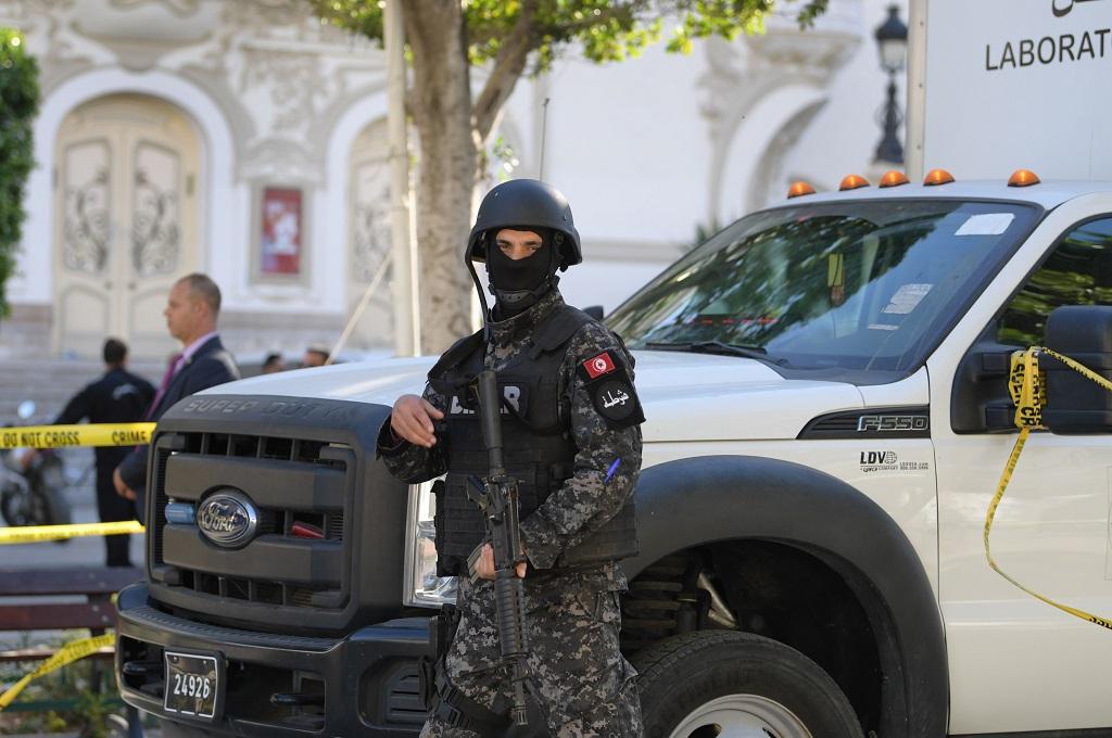 Seorang petugas keamanan bersiaga di lokasi bom bunuh diri di Tunis, Tunisia, 29 Oktober 2018. (Foto: AFP/FETHI BELAID)