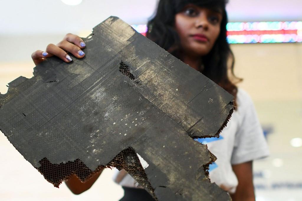 Keluarga Korban Serahkan Serpihan Pesawat MH370