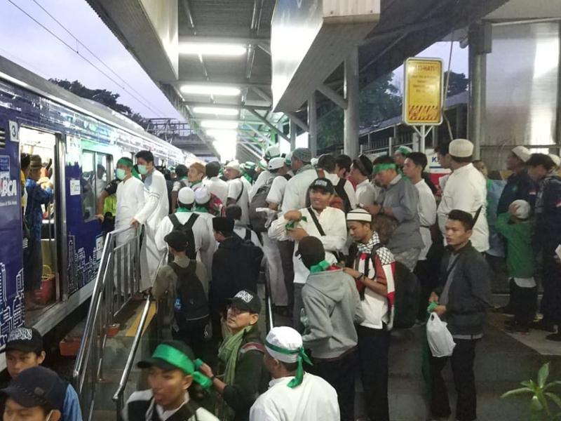Massa aksi 212 memadati stasiun Rawa Buntu, Minggu, 2 Desember 2018.Medcom.id/Farhan Dwitama