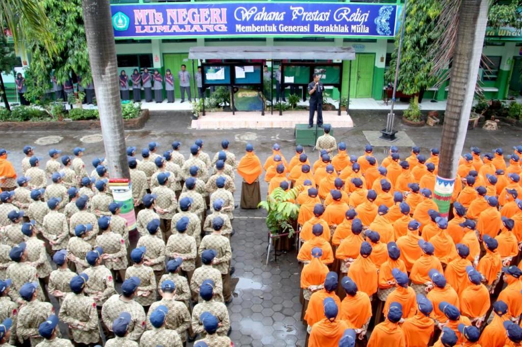 Suasana upacara di MTsN Lumajang bersama Polres Lumajang tentang penyebaran hoaks, Sabtu (1/12). Foto: Istimewa