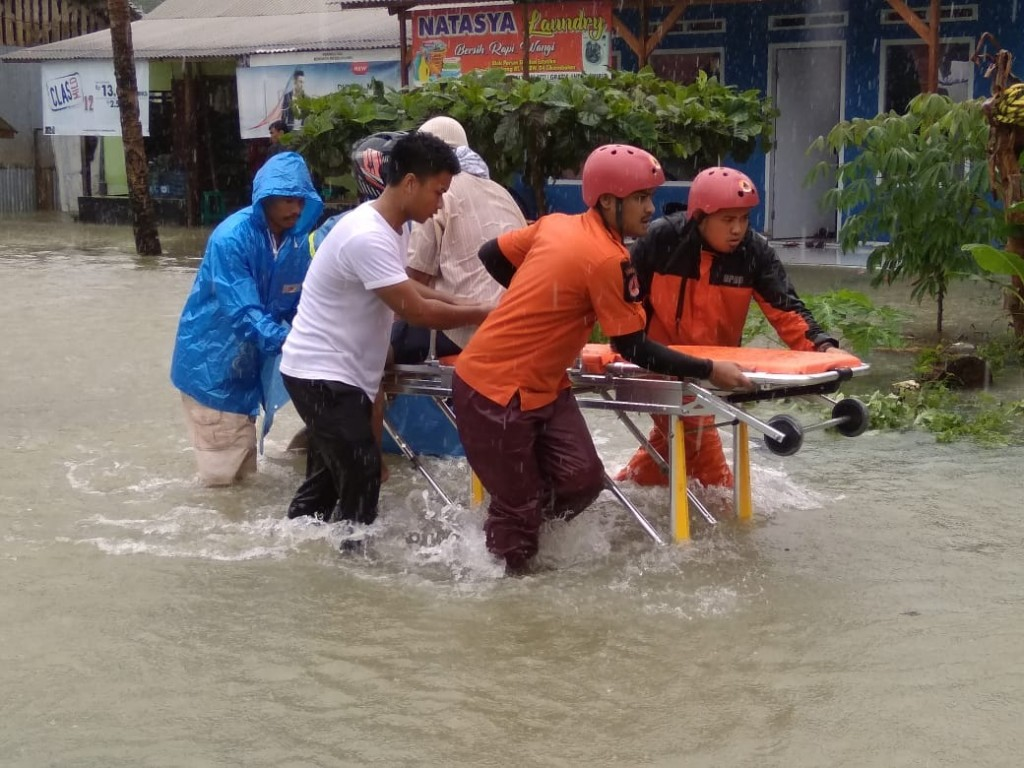 Tim SAR Tasikmalaya mengevakuasi korban banjir di Kabupaten Tasikmalaya, Selasa, 6 November 2018. Dok: Basarnas Jawa Barat