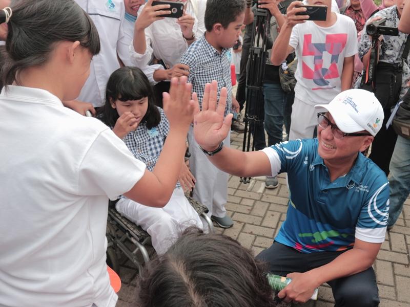 Menteri Sosial Agus Gumiwang bersama salah satu penyandang disabilitas dalam rangkaian kegiatan Perayaan Hari Disabilitas di Summarecon Mall Bekasi, Minggu 2 Desember 2018. Medcom.id/Antonio